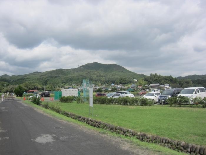 埼玉県日高市のシンボルになっている「日和田山(ひわだやま)」は標高305mの低山。登山口から30分ほどで山頂まで行けるので、お子さん連れのハイキングにもおすすめです。