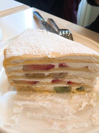 ◆「ペイストリー スナッフルス」◆ 函館駅前店、金森赤レンガ倉庫店など、好アクセスなところにある人気パティスリーが、「ペイストリー スナッフルス」。  下でご紹介する「チーズオムレット」が有名なお店ですが・・こちら、店内でも飲食可能。せっかく店内でいただくなら、味わっていただきたいスイーツが、こちらのミルクレープです。  4層になっていて、生クリームと旬の果物がぎっしり♪