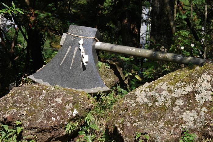 中腹にある「公時神社(金時神社)」には、金太郎伝説で有名な平安時代中期の武将、坂田公時命が祀られています。(そ一般には幼名の「金太郎」で知られています)境内には、その金太郎が使ったという鉞も奉納されているんですよ。