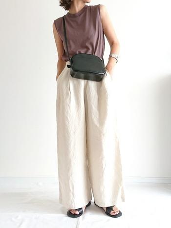 カッコイイ系の着こなしは低身長だと似合わない?なんて思いがちですが、そんなことはありません。ワイドパンツにトップスをインして、上下でメリハリを作れば「小さいさん」だってクールに決まります。