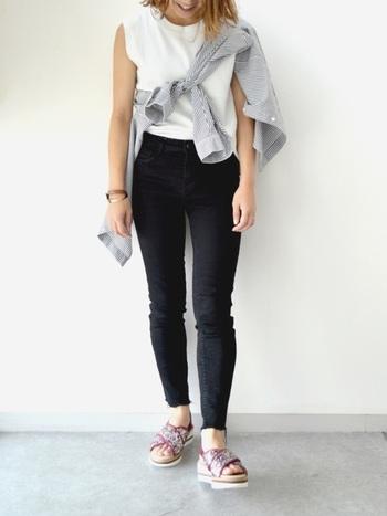人気のシャツやカーデをたすき掛けするコーデも、「小さいさん」にはおすすめ。コーデのポイントがトップスにあることで、視線が上に集中します。