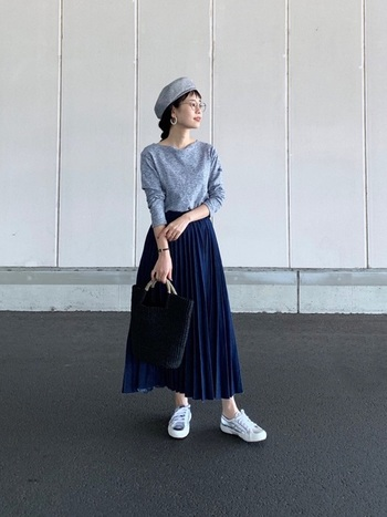 ミモレ丈スカートはちょっぴり苦手かもしれない「小さいさん」ですが、ロングスカートは実はお得意なアイテム。ジャストサイズなトップスをインすれば、簡単にメリハリのあるコーデに。