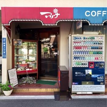 お店は1973(昭和48)年創業。かつては華やかな料亭街だった向島見番通りにあり、今でも芸者さんがごはんを食べに来ることがあるんだとか。赤と青の軒先は、遠目からでもよく目立ちます。