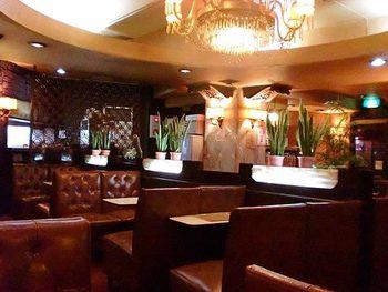 大きなシャンデリアに革張りのソファー。地上とはまったく異なる、ゴージャスでノスタルジックな空間が広がります。お店に入った瞬間から非日常が味わえ、昭和の純喫茶の世界を存分に堪能できますよ。
