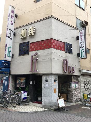 お店は上野のアメ横にあります。ガヤガヤと人で賑わう喧騒から少し離れた場所に佇んでおり、そのまま地下へ降りていくと、、