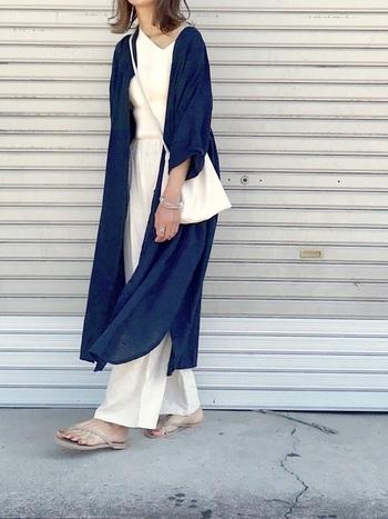 旅行に1枚持っていくと何かと便利なシャツワンピ。羽織りとしても使えるので、意外に肌寒いこともある温泉街の朝夕にもぴったり。日焼け対策にも使えそう。青×白のコーデなら、暑苦しさも皆無です。