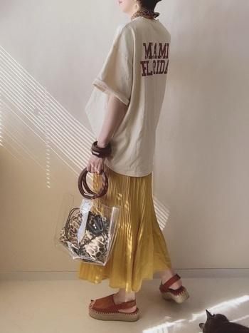 ビッグシルエットのTシャツに、明るいイエローのロングスカートで、夏らしさ満載のコーデ。Tシャツを変えればコーデの印象も変わるので、別の日に着回すこともできそう。