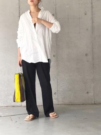 白シャツを羽織ったモノトーンコーデなら、着心地はゆるいのに、きれいな印象。カラフルなバッグを指し色にするのも良いですね。