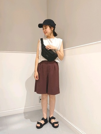 ショートパンツにスポーティーな小物を合わせたスタイルも、色や柄を抑えれば大人の着こなしに。アクティブに行動したい日にも、リラックスしたい日にも、対応してくれるコーデです。