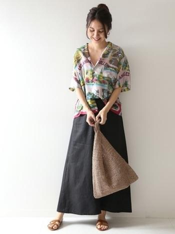 ゆるっとしながらも程よい丈感のシルクのアロハシャツは、ハリ感のあるスカートと合わせればメリハリが出るので、マキシ丈でもバランスよく着こなせます。