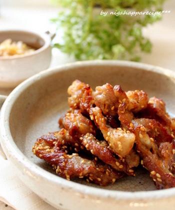 醤油を下味にした豚こま肉をカラリと揚げ焼きにした、つまみやすい豚の唐揚げレシピです。最後にゴマをふりかけて香ばしさをプラス。
