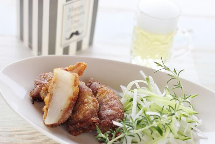 甘くてジューシーな新玉ねぎを、下味をつけた薄切りの豚肉で巻いてこんがり揚げたボリューム感のある一品。体にいい玉ねぎをたっぷり食べられる健康的で美味しいレシピです。