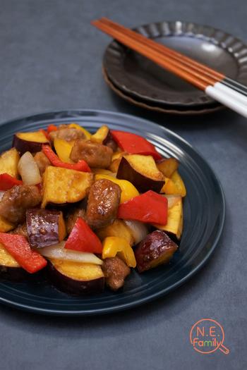 噛みごたえのあるサイコロ状に切った豚もも肉を揚げ焼きにして、さつまいもやパプリカを加えて甘辛く味付けしたレシピ。ごはんに合うボリューム満点のおかずです。