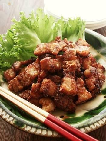 細くカットした豚バラ肉をカリカリになるまで揚げ焼きしたタイ風の唐揚げレシピです。ラー油がきいたピリ辛とレモンのさわやか風味でさっぱりと食べられます。