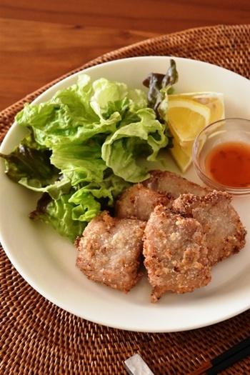 こちらもあっさりとした噛みごたえのある豚ヒレ肉に、パクチーの種子でさわやかな香りのするコリアンダーやナンプラーなどで下味をつけたエスニックな風味の唐揚げです。