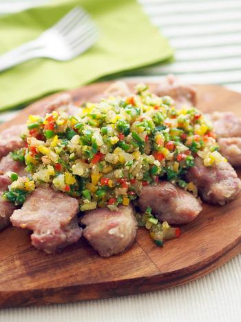 オリーブオイルで揚げた塩味の豚の唐揚げに、ピーマン、玉ネキ、パプリカ、大葉で作ったサルサをのせていただくレシピ。カラフルな色合いでおもてなし料理にもいいですね。