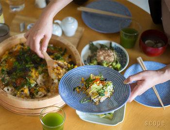 畳の目のような模様が繊細なタッチで描かれている食器は、どこか日本の和食器を感じさせるシンプルで温かな雰囲気。