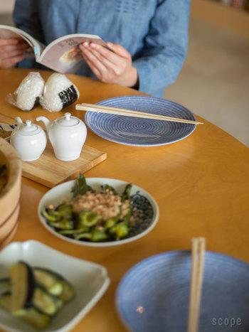 和食から洋食まで、お料理に合わせて幅広く使えるテーブルウェア。ブルーがお料理をさりげなく引き立て、お洒落に仕上がります。
