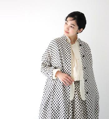 さらっと軽い着心地で羽織りやすい薄手のコート。ドッド柄を選べばとても洒落た雰囲気で素敵です。モノトーンスタイルにさらっと羽織ったり、きれいなスカートと合わせたり、予想以上にアレンジしやすいところも魅力です。