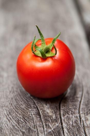 ビタミンCとビタミンEが豊富なトマトは、リコピンと呼ばれる独特のカロテンも含有しています。リコピンには活性酸素を減らす働きがあり、β-カロテンやビタミンEの何倍もの効果があるそう。また、塩分排出を促すカリウムも多く含んでいます。