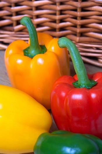 パプリカは緑のピーマンに比べて倍以上のビタミンCが含まれており、疲労回復や肌荒れの改善、風邪予防などに効果があります。また、緑黄色野菜としてカロテンも豊富。活性酸素を抑え、喉や肺などの呼吸器系統を守る働きも期待できます。陽射しをたっぷり浴びて色付いたパプリカはとても甘く、ピーマン嫌いのお子さんでも食べやすいですよね。