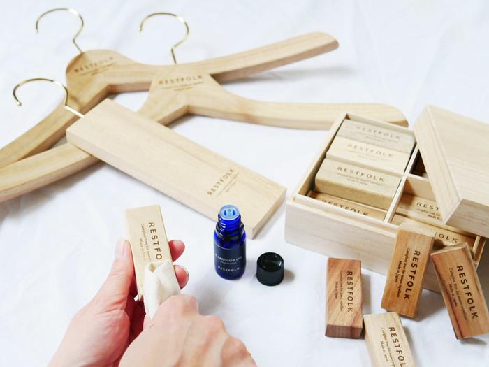 ウッドブロックやハンガーにオイルを薄く塗布して使えば、クロゼットやたんすの中の洋服の虫除けに。