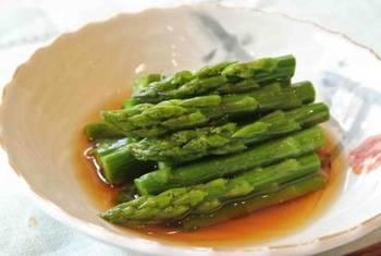 アスパラがお浸しになるなんて、ちょっと意外ですよね?  こちらは麺つゆで作れる、簡単&時短レシピです。おかずが少ない時のあと1品として添えられそうです。