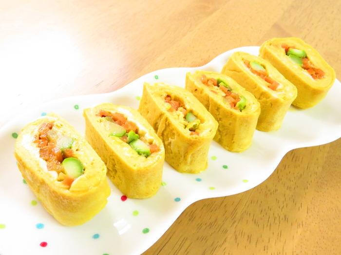 お弁当の定番おかず、卵焼きもアスパラを合わせると一味違った美味しさを味わえます。ふわふわの卵焼きとアスパラや人参の歯ごたえのハーモニーが絶妙です。