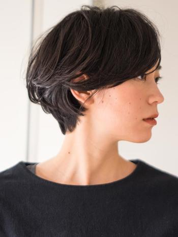 洗練された雰囲気の、丸みある外国人風ヘアのフレンチショート。前髪を長めに残し後頭部にボリュームを持たせた、メリハリあるショートスタイルです。