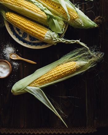 粒の弾ける食感と瑞々しい甘みが魅力のとうもろこしは、まさに夏の味覚。主成分は炭水化物で、エネルギー源として身体の疲労回復を支えるほか、ビタミン群やミネラル類も豊富です。収穫直後から劣化が始まり、せっかくの甘みも落ちてしまうため、なるべく新鮮なうちに食べるのがおすすめです。