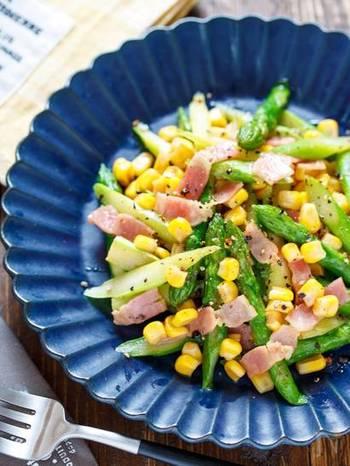 アスパラ、ベーコンにコーンを加えれば、子供にも大人気のレシピに。  焼きトウモロコシ風にバター醤油の味付けです。