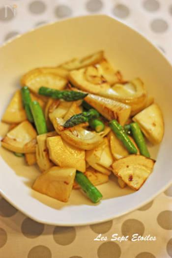 同じ春野菜のたけのことも相性バッチリのアスパラです。ニンニクとバターの風味が食欲をそそります。