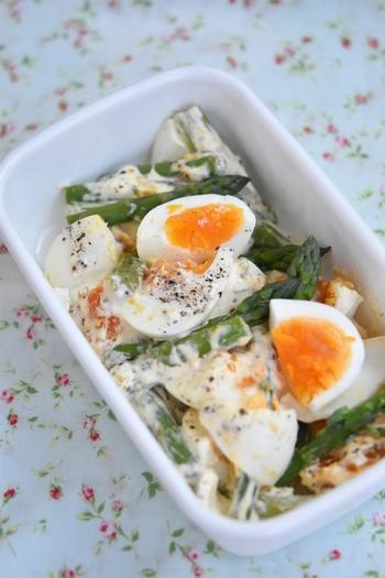 デリに売っているお惣菜のようなアスパラと卵のサラダ。 ゆで卵の黄身とアスパラの色のコントラストが美しいサラダです。