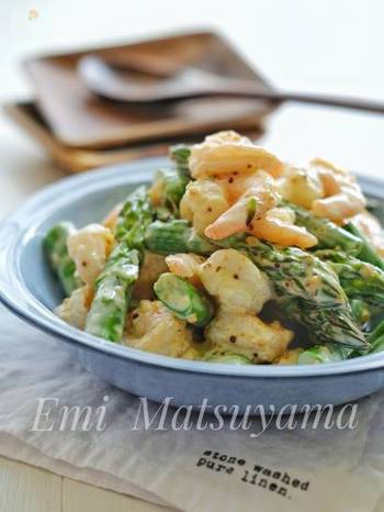 アスパラとエビも相性抜群の食材です。アスパラもエビもさっと茹でてソースで和えるだけの簡単レシピです。  アスパラのシャキッとした食感とエビのプリプリ感がたまらないサラダです。