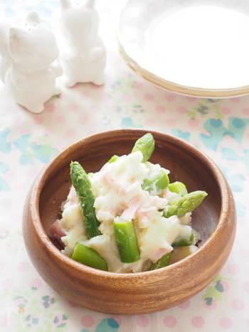 いつものポテトサラダにアスパラをゴロゴロ入れれば、見た目も食感も賑やかに。  お酒のおつまみに出したい料理です。