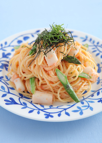 いつものたらこスパゲッティにちょっと一工夫。アスパラを加えてアレンジしてみましょう。  食感も色合いにもメリハリがついて、さらに美味しくなります。