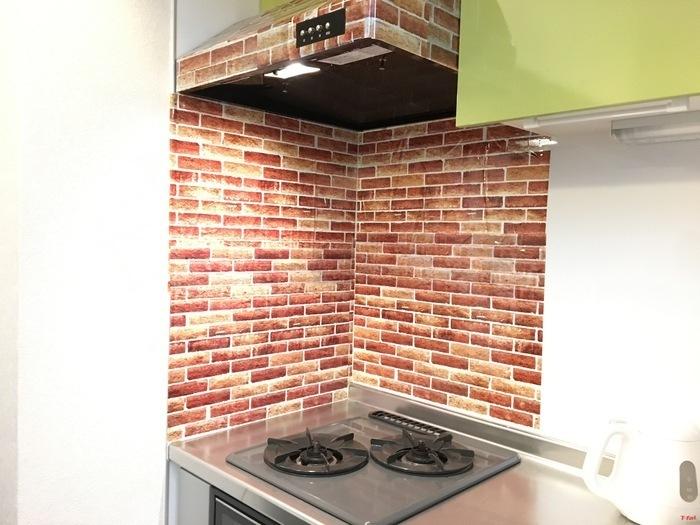 キッチンの壁とレンジフードをリメイクシートでアレンジしています。リメイクシートはデザインが豊富なので、色々と組み合わせて使うのも良いですね!
