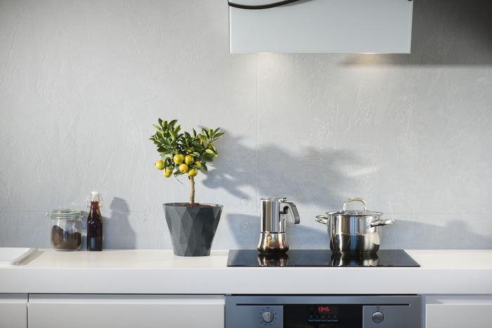 調味料だけでなく、鍋や包丁などの調理器具も、作業効率やモチベーションを高めるのに有効です。調理器具は料理をおいしく作る以外にも、手間が省けたり、作業時間を短縮したりすることもできます。お皿やカトラリーなども食事のための道具と考えて、こだわってみてもよいでしょう。
