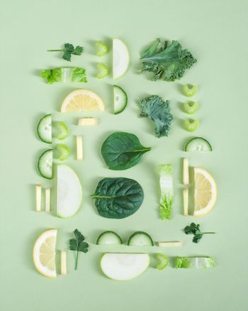 良質な食材は、健康な体と心を作ってくれます。贅沢なものでなくても、旬の食材や新鮮なものなど、体にいい食材を積極的に食べましょう。食費を無理に削るよりも、外食やジャンクフード、お酒などを控えて、普段の食事を少し見直してみて。