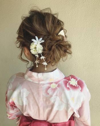 ピンクやホワイトの愛らしい浴衣には、ふわふわとした甘いヘアスタイルがおすすめです。ボリュームのあるシニヨンを作り、大振りの淡色トーンの花飾りを付ければドキッとするような柔らかい雰囲気に。