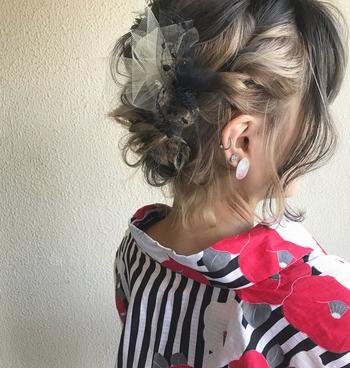 アップヘアは編み込みなどで髪が交互になることで、インナーカラーやグラデーションカラーの魅力を活かすことが出来ます。イマドキで、他の人と被らない個性的な浴衣姿になれますよ。意外にも、レトロな柄の浴衣と相性が良いです。