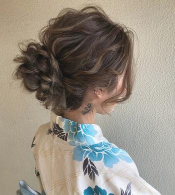 頭の後ろで三つ編みを作りほぐしたあと、くるっと巻き付けることで、まるで花のようなシニヨンヘアになります。飾りを付けずともこれだけでも可愛らしいので、引き立てるためにあえて付けないのもアリです。