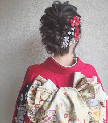 色鮮やかなつまみ細工や花飾りなどは、浴衣以外に振袖のアクセサリーにもおすすめ。振袖を大人っぽく見せてくれるすっきりしたアップヘアに、華やかな飾りがよく映えます。