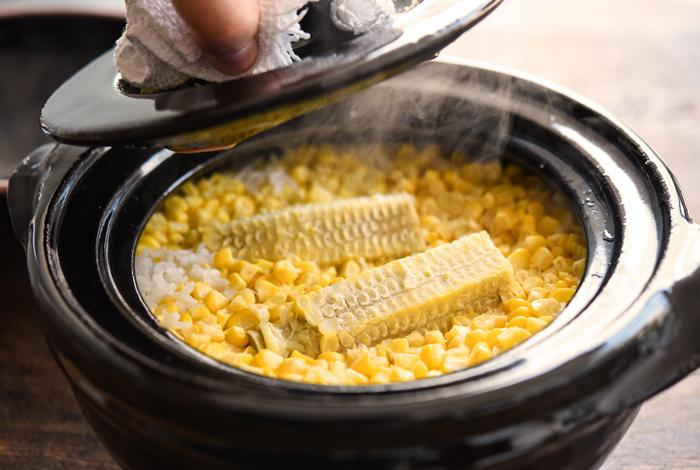 とうもろこしご飯を上手に作るコツは、粒を削ぎ落とした後の芯も一緒に炊くことです。芯からも旨味が出て、ごはんをより味わい豊かにしてくれるので、生のとうもろこしで炊き込みご飯を作る時にはぜひ実践してみて下さい。