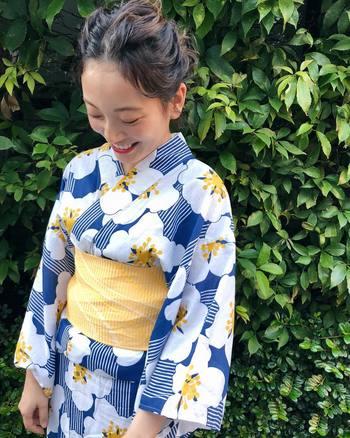 夏と言えば、誰しも憧れる「浴衣」。日本の趣感じる浴衣姿をもっと美しく魅せるには、ヘアスタイルも重要です。 ヘアスタイルまでしっかりこだわり、美しく着飾った浴衣姿で過ごす夏祭りは、もっと素敵な思い出になりますよ。
