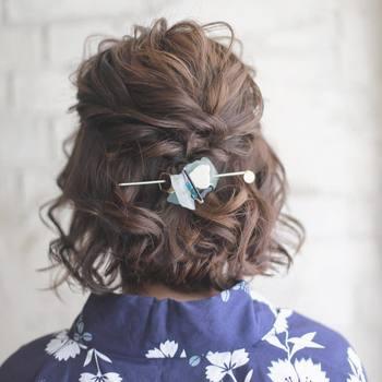 強めに巻いてふわふわと仕上げ、ロープ編みをまとめてハーフアップに。ショートヘアやボブヘアでまとめ髪が難しければ、ハーフアップヘアがおすすめです。キラリと光るストーンのマジェステで、カジュアルながらも品のある印象に。