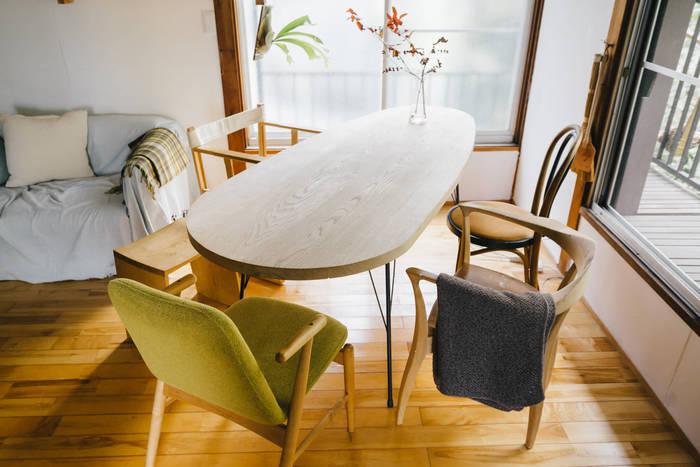きれいに揃ったダイニングも魅力ですが、あえてバラバラの椅子を集めて楽しんでみるのも◎。カジュアルなカフェ風のスペースが出来上がります。