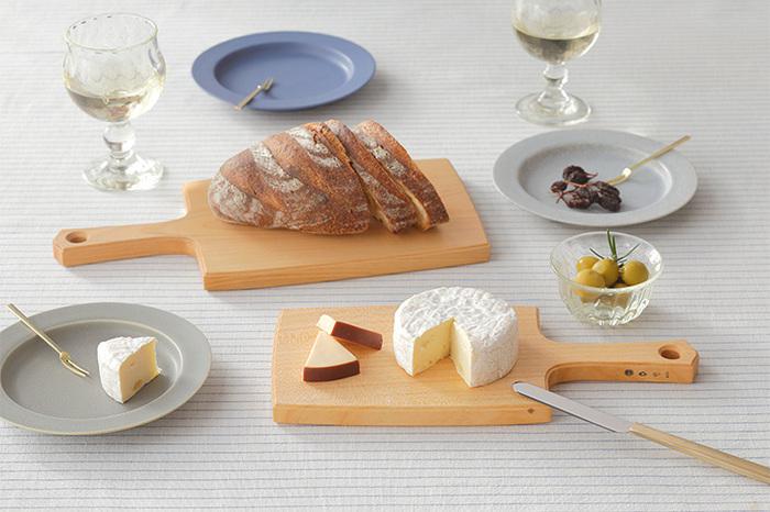 木の温かみが素敵な、カッティングボード。パンやチーズを切り分けて、そのままテーブルに出しておいてもカフェのようなおしゃれな雰囲気を楽しめます。