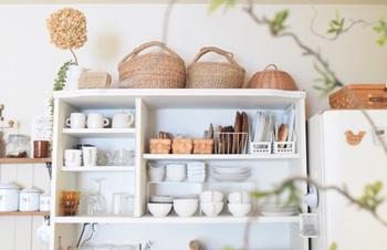 実際のカフェでもよく見かける「見せるスペース」。食器やカトラリーを見せながら収納すると、簡単にカフェ風のインテリアに。かごやドライフラワーでナチュラルな雰囲気になっていて素敵ですね。