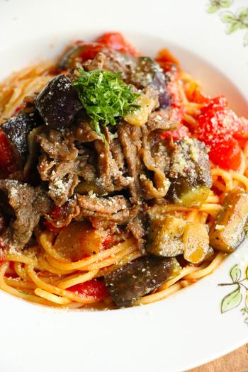 野菜もタンパク質も一度に摂れる料理のひとつが、パスタ。こちらのレシピは牛肉となすをピリ辛に炒め、たっぷりのトマトを合わせています。彩りもきれいな、おしゃれなレシピですね。
